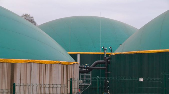Das System in Grevenbrück ist dreigliedrig. Das Substrat bewegt sich automatisch vom ersten Behälter, dem Fermenter über den zweiten, den Nachgärer, in das Gärrestlager, das der dritte Behälter ist.