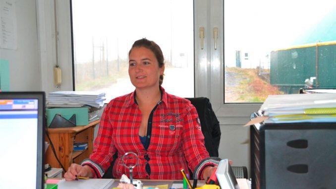 Zu der Arbeit der Geschäftsführerin und Betriebsleiterin Lisa Sternberg gehört die Arbeit draußen und im Büro.