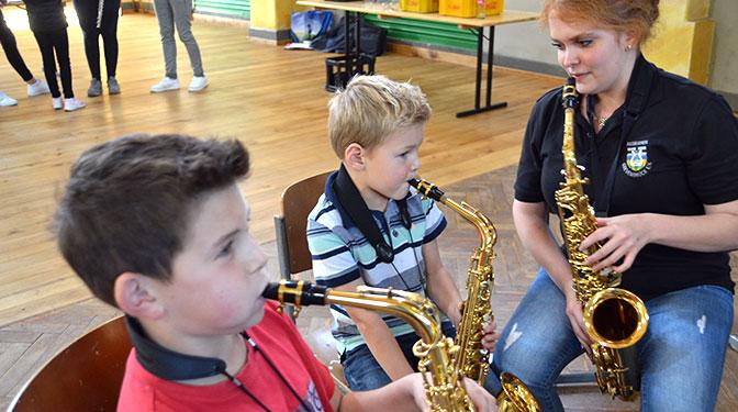 Manch einer brachte schon erste Töne aus dem Saxophon hervor.