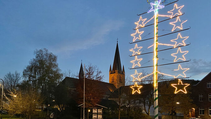 13 Sterne am Maibaum erhellen den Förder Platz